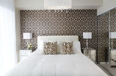 Papier peint à motifs dans la chambre à coucher blanc ajoute à la fois la couleur et le style