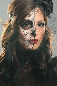 Halloween makeup for women - 37 creepy makeup ideas - ideas sugar skull make up woman half face - Visage Halloween, Halloween Masks, Halloween Fun, Halloween Face Makeup, Halloween Hairstyle, Halloween Clothes, Halloween House, Sugar Skull Make Up, Scary Makeup