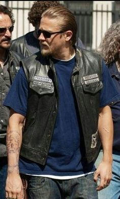 He looks best like this! Sons Of Anarchy Motorcycles, Charlie Hunnam Soa, Jax Teller, Man Candy, Then And Now, Bearded Men, Favorite Tv Shows, Beautiful Men, Handsome