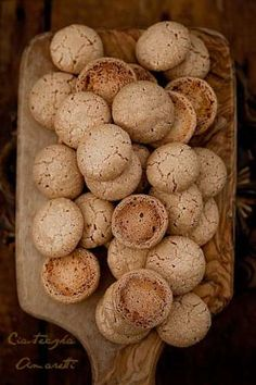 Amaretti Macaroons - This macaroon recipe is a traditional Italian recipe for weddings and Christmas. Amaretti Cookie Recipe, Amaretti Cookies, Almond Cookies, Shortbread Cookies, Italian Cookies, Italian Desserts, Italian Recipes, Italian Wedding Cookies, Cookie Desserts