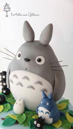 Un nouveau gâteau, un nouveau thème...  Le Japon est sans conteste le pays des mangas. Parmi eux, l'on trouve la célèbre Hello Kitty mais, également Totoro, tout aussi culte.  Deux mois avant ses 5 ans, ma demoisellea eu un gros coup de coeur pour ce film d'animation réalisé par Hayao Miyazaki,