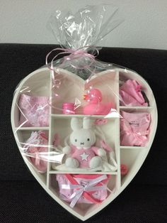 Baby shower idee cadeau baby shower avec over op idee cadeau invite bab Idee Cadeau Baby Shower, Regalo Baby Shower, Baby Shower Baskets, Baby Hamper, Baby Party, Baby Shower Parties, Baby Shower Gifts, Baby Shower Presents, Baby Crafts