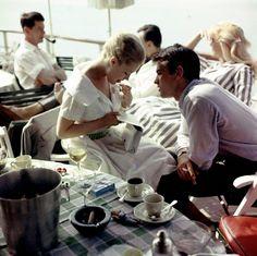 Alain Delon, avec Romy Schneider à Cannes, 1959 ©