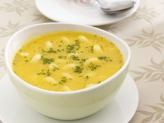 Gelbe Nudelsuppe mit Linsen ist ein Rezept mit frischen Zutaten aus der Kategorie Linsensuppe. Probieren Sie dieses und weitere Rezepte von EAT SMARTER!