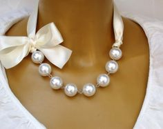 Carrie Necklace Sex And The City Necklace Carrie by vintagebynina Freshwater Pearl Necklaces, Pearl Jewelry, Wedding Jewelry, Beaded Jewelry, Jewelery, Jewelry Necklaces, Pearl Bracelets, Pearl Rings, Geek Jewelry
