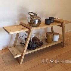 """■アウトドアで使用する木製カウンターテーブルです。⚠️現在、最大で4週間お待ち頂いております。納期はメッセージにてご確認ください。*木の棚2枚、ステンレスの棚1枚と各スタンドのセットです。ステンレスの棚は、熱い鍋などを直に置いたり食器の水切り等に使用できます。*小さなお子様がおられるファミリーキャンパーにも安心してお使い頂けるよう、自然の植物油からできたオスモカラーや蜜蝋ワックスなど安全な塗料を使用しています。★★ オーダーできます ★★❶上・下段の棚の高さ (上段高さは最大87㎝まで)❷ステンレス部分の長さ(最大70㎝まで)❸反対サイドの下段に木製棚とスタンドを追加❹棚板を杉から高品質な""""桧""""に変更できます。→❷❸❹は有料です。メッセージにてご相談ください。 ※❸はギャラリーの写真をご参照ください。□ サイズ □木製棚 ・約100㎝×36㎝ 上段の棚までの高さ約87㎝・約76㎝×28㎝ 下段までの高さ約53㎝ステンレス棚のステンレス部分 約25㎝×42㎝ スタンドの幅 約38㎝総重量 約5㎏【安全にお使い頂く為に必ずお読み下さい】◉本品は、キャンプでの積載・... Nomadic Furniture, Pallet Furniture, Furniture Design, Diy Wood Projects, Wood Crafts, Woodworking Projects, Camping Table, Workspace Design, Wall Organization"""