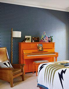 Sohn Caspars knalliges Edelweiss-Klavier leuchtet vor einer Arne-Jacobsen-Tapete von Borås. Überwurf von Knight Mills, Stehleuchte von Santa & Cole. (Foto: Simon Upton)