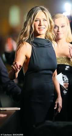 Jennifer Aniston and Reese Witherspoon look classic in black dresses at The Morning Show premiere Jennifer Aniston Pictures, Jennifer Aniston Style, Blonde Blunt Bob, Hollywood Gowns, Black Lace Gown, Classic Black Dress, Old Actress, Reese Witherspoon, My Idol