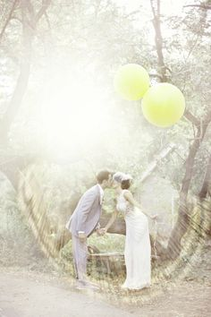 Newlyweds with yellow balloons