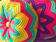 From Estraperlo: Crochet teacher (Quééé, cóóómo, crochet hook? Crochet Diy, Crochet Round, Crochet Home, Love Crochet, Beautiful Crochet, Crochet Crafts, Crochet Projects, Rainbow Crochet, Crochet Fabric
