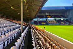 Tijdens een voetbalreis naar Glasgow is Motherwell een club die je bezocht moet hebben. Op zo'n 30 minuten ben je bij het fantastische Fir Park. Glasgow, Liverpool, Basketball Court, Park, Nightclub, Parks