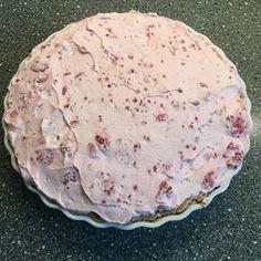 Dette er verdens nemmeste kage, som ikke kan glippe for nogen. Herudover er den rigtig hurtig at lave, så du kan sagtens nå den til eftermiddagskaffen eller aftenskaffen. Ingredienser: 3 æg, 3 dl. sukker , 1 tsk. vanillesukker og 15 tvebakker (til en tærteform på 24 cm). Pynt: 2 1/2 dl. fløde og 250 g. optøet hindbær. … Baby Food Recipes, Cake Recipes, Delicious Desserts, Yummy Food, Danish Food, Food Crush, Recipes From Heaven, Party Desserts, Easy Snacks