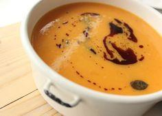 Diese wunderschöne, köstliche Süßkartoffel-Karotten-Kokossuppe ist total gesund, super bekömmlich und vegan ist sie auch noch! Eine Suppe zum Verlieben!