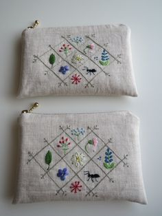 刺繍のフラットポーチ(ナチュラルリネン)画像1 Embroidery Purse, Hand Embroidery Designs, Embroidery Applique, Embroidery Stitches, Embroidery Patterns, Sewing Patterns, Techniques Couture, Patchwork Bags, Fabric Bags