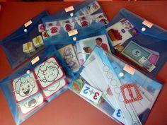 Des pochettes transparentes pour y ranger les activités par thème.. La bonne idée de la maman de Camille !