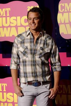 Ooooo la la!   Singer-songwriter Easton Corbin goes casual for the red carpet.