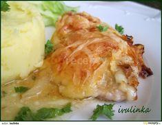 Zapékací misku vytřeme máslem, pak dáme na plátky nakrájené, naklepané a osolené kuřecí maso. Na maso dáme na kolečka nakrájenou cibuli, potřeme...