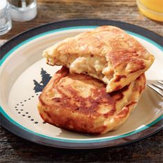 Pie Iron Biscuits with Sausage Gravy. That right there will convince me to buy a pie iron. Pie Iron Cooking, Dutch Oven Cooking, Skillet Cooking, Campfire Pies, Campfire Recipes, Campfire Biscuits, Campfire Breakfast, Camping Menu, Camping Ideas