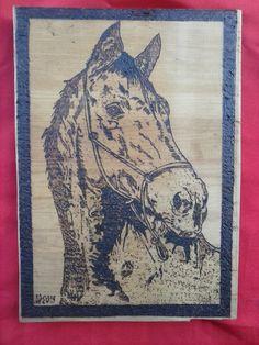 Cavalo pirografado em araucaria (30 X 40 cm)