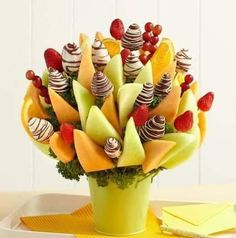 45 coole Party-Essen-Ideen und DIY-Essen-Dekorationen cool party food ideas and idea for kids birthday dinner with fruits Edible Fruit Arrangements, Edible Bouquets, Melon Recipes, Fruit Recipes, Birthday Treats, Birthday Dinners, Happy Birthday, Fruit Decorations, Party Platters