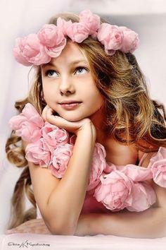 flowers in her hair, flowers everywhere. Beautiful Little Girls, Beautiful Children, Beautiful Babies, Girl Photography, Children Photography, Poses, Child Models, Little Princess, Cute Kids