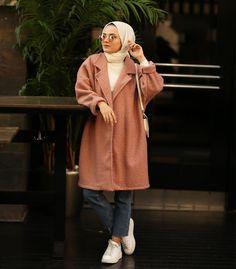 "N O W A N on Instagram: ""Harika Dokusuyla💖 Buklet Kaban:159.90₺✨ Bedenler:S-M-L-Xl 5 Renk Seçeneği ———————— ☎️Soru ve sipariş:0530-775-18-57 Hızlı Sipariş👇👇👇…"" Niqab Fashion, Street Hijab Fashion, Modest Fashion, Fashion Outfits, Hijab Style Tutorial, Hijab Trends, Boucle Coat, Muslim Women Fashion, Casual Hijab Outfit"