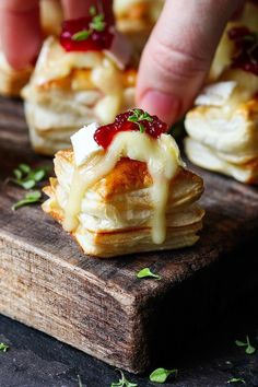 Cranberry and Brie bites - a simple appetizer or party snack that always gets polished off in minutes! Cranberry and Brie bites - a simple appetizer or party snack that always gets polished off in minutes! Brie Bites, Fingers Food, Fall Appetizers, Vegetarian Appetizers, Appetizer Ideas, Delicious Appetizers, Appetizers For Dinner Party, Nibbles For Party, Brie Appetizer