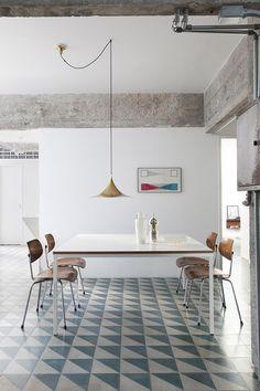 Mesa puesta - AD España, © Filippo Bamberghi Casa en Sao Paulo Lámpara de Fog & Mørup, sillas danesas vintage y mesa de Ikea.