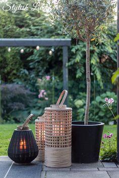 Heute zeige ich euch ein paar Gartenimpressionen und Ideen, wie ihr eine laue Sommernacht in ein Lichtermeer verwandelt. Dank sei Windlichtern & Lampions! Garden Lanterns, Lanterns Decor, Candle Lanterns, Outdoor Balcony, Outdoor Gardens, Porch Garden, Bamboo Crafts, Outdoor Lighting, Outdoor Decor