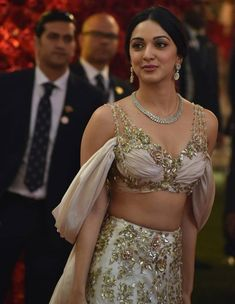 Kiara 'Vasumathi' Advani Just Stunningly Gorgeous Read Full Article. Bollywood Girls, Bollywood Celebrities, Bollywood Actress, Bollywood Fashion, Beautiful Indian Actress, Beautiful Actresses, Kaira Advani, Kiara Advani Hot, Indian Photoshoot