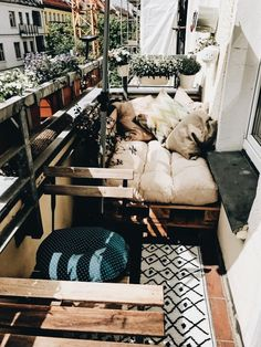 Cozy DIY sofa made of pallets for the balcony. Cozy DIY sofa made of pallets for the balcony. Cozy DIY sofa made of pallets for the balcony. Cozy DIY sofa made of pallets for the balcony. Small Balcony Decor, Tiny Balcony, Balcony Garden, Diy Garden, Garden Beds, Outdoor Balcony, Garden Spaces, Small Balcony Design, Small Balconies