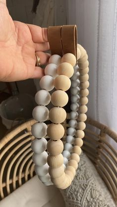 Wood Bead Garland, Diy Garland, Beaded Garland, Diy Wreath, Bead Crafts, Diy And Crafts, Upcycled Crafts, Decorative Beads, Ideias Diy