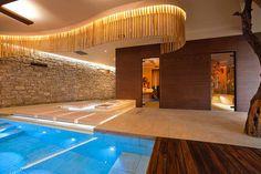 Urlaub am Gardasee im Luxushotel Belfiore Park Hotel in der Gemeinde Brenzone ist Urlaub für alle Sinne. Ein phantastischer Panoramablick auf den eindrucksvollen See, zwei Pools, ein wunderschöner SPA-Bereich sowie ein hervorragendes Restaurant und 33 neue und modern eingerichtete Zimmer und Suiten sind nur einige der Annehmlichkeiten, die Sie in diesem 4-Sterne Plus Hotel in Italien erwarten.