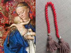 Paternoster / Rosenkranz - Madonna am Brunnen, Jan van Eyck 1439 (Königliches Museum der Schönen Künste Antwerpen) - Nachbildung: Perlen Jasips rot und verzierte Metal-Linsen auf Leinenzwirn mit Quasten aus Schurwolle