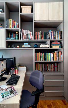 Dica para organizar o seu escritório. Prateleiras com várias divisórios de diferentes tamanhos, para organizar tudo direitinho.