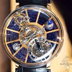 Diese Uhr mit Uhrenwerkoptik hat einen Touch Astronomie - sie erinnert an einen Nachthimmel voller Sterne und eine Galaxie, bei der die Planeten / Zeiger sich um die Sonne drehen. Wunderschön! Clockwork Astrology Galaxy Watch