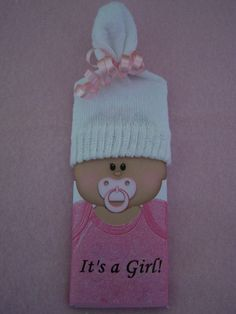 hershey bar wrapper and baby sock favor - adorable!  - so need to keep this idea in case I ever help to throw a baby shower :)