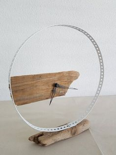 Driftwood-table clock, round Holzuhr in metal ring Industrial Interiors, Industrial Furniture, Diy Furniture, Industrial Clocks, Industrial Design, Big Clocks, Wood Clocks, Wine Bottle Chandelier, Small Wood Projects