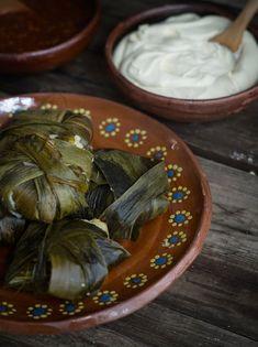 Rústica: Corundas: Tamales michoacanos.queso cotjia o chihuaha y Salsa de chile guajilllo/mirasol.