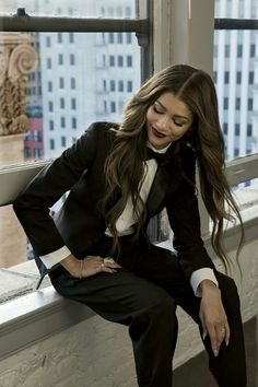 Zendaya killing it in a menswear-inspired tuxedo suit Tomboy Fashion, Look Fashion, Womens Fashion, Fashion Photo, Boyish Fashion, Gq Fashion, Fashion Beauty, Fashion Outfits, Wedding Dress Black