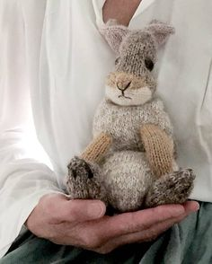 How to knit a bunny rabbit. Click through for easy step by step tutorial and free knitting patter to make a knitted easter bunny rabbit. Click through to get tips and all the info you need to make your own Animal Knitting Patterns, Stuffed Animal Patterns, Baby Patterns, Knitted Bunnies, Crochet Bunny, Free Knitting, Baby Knitting, Cute Baby Bunnies, Bunny Face