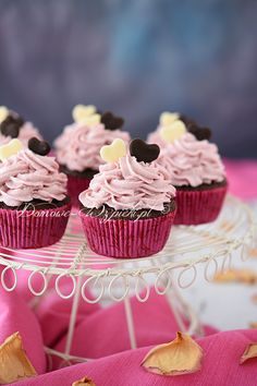 Recipe for chocolate muffins with raspberry mascarpone cream. Very chocolate muffins, decorated with a light raspberry cream and homemade chocolate hearts. Source by Related posts: Super Moist Ultimate Chocolate Cupcakes Dark Chocolate Cupcakes, Brownie Cupcakes, Chocolate Muffins, Mini Cupcakes, Chocolate Cream, Chocolate Hearts, Marzipan, Homemade Chocolate, Chocolate Recipes