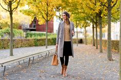 Outfit: The Perfect Plaid Coat for Fall | www.moodforstyle.de | Fashion, Food, Beauty & Lifestyle Blog from Germany | Mantel: Baum und Pferdgarten // Sweater: Polo Ralph Lauren // Jeans: Zara // Boots: Zara // Bag: Tory Burch // Beret: Loevenich