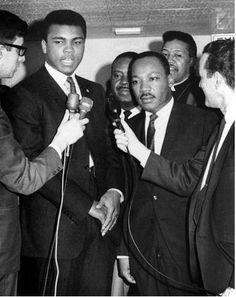 Muhammad Ali and Martin Luther King Jr. The way to make your dreams to come true is to wake up★♥★ Martin Luther King, Mohamed Ali, Photos Rares, Heavyweight Boxing, Photo Star, Boxing Champions, Coachella, Black History Facts, African American History