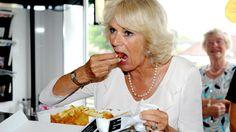 A la duquesa de Cornualles le encanta degustar el tradicional fish &chips