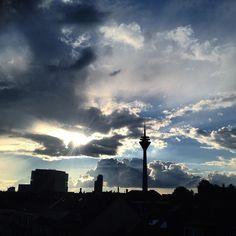 Lichtspiele mit den Wolken - genießt alle den Restsonntag #duesseldorf #bilk #urban