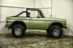 Classic Ford Broncos - check out some of our recent show-quality early model Ford Bronco restorations. Classic Bronco, Classic Ford Broncos, Classic Trucks, Classic Cars, Classic Style, Cool Trucks, Cool Cars, 1999 Jeep Wrangler, Broncos Pictures