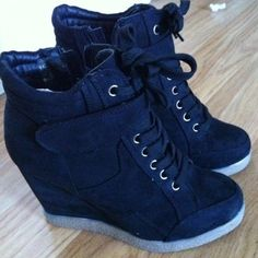 Wedge sneakers - Taken with - Wedges - shoes Cute Shoes, Me Too Shoes, Awesome Shoes, Vetements Shoes, Sneakers Fashion, Fashion Shoes, Girl Fashion, Heeled Boots, Shoe Boots