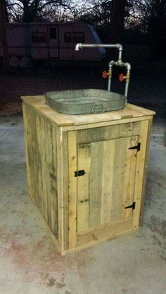 Utility sink Doug Stainbrook built from pallet wood and an old wash tub! https://www.pinterest.com/slyfoxart/