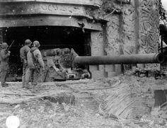 Une des deux casemates de la batterie de Crisbecq (au nord de la plage d'Utah Beach) après les combats abritant un canon de 210 mm d'origine Tchèque : le 21 cm Kanonu VX.